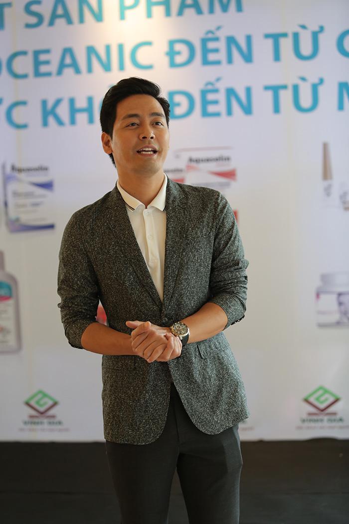"""MC, diễn viên Phan Anh """"tiếp xúc thường xuyên với ánh nắng ở những chương trình ngoài trời cũng không còn lo ngại bị cháy nắng và đổ mồ hôi quá nhiều""""."""