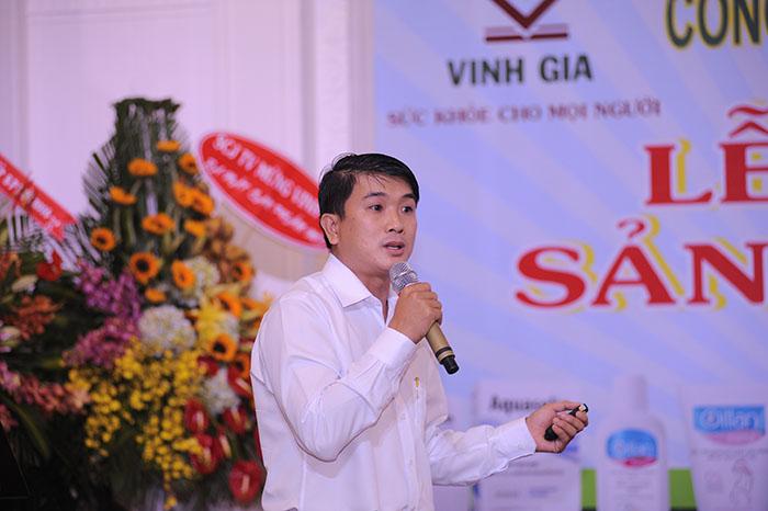 Ông Võ Nhựt Trường, GĐ Kinh doanh mỹ phẩm trao đổi về định hướng phát triển, các kênh bán hàng, chính sách ưu đãi dành cho các đối tác